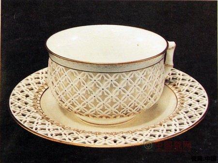 图1.镶金瓷杯 绘有蝴蝶花卉图案 晚晴制作  图2.格子花纹装饰皇家茶具,为伦敦牛津的F and C Osler厂制作  图3.塞弗尔茶杯茶碟,格状装饰  图4.金边中国式茶组,晚晴时期制作。 这是一部分珍藏在泰国都西皇宫中的拜满眉喀阁内的瓷器,具有相当高的艺术价值。泰王朱拉隆康在其统治时期,对收集艺术品有特殊的偏好和品位,他当时所珍藏在皇宫的大量瓷器,是遗留给后代的一个无价的珍贵宝藏。(编辑:木木)